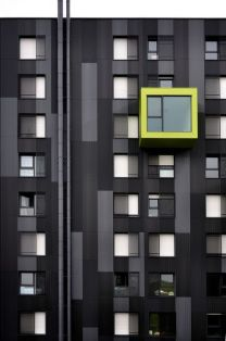 Dark facade & windows (Ph.Lucie Julien)