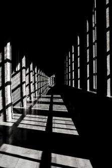 Perspectiva de pasillo con ventanas