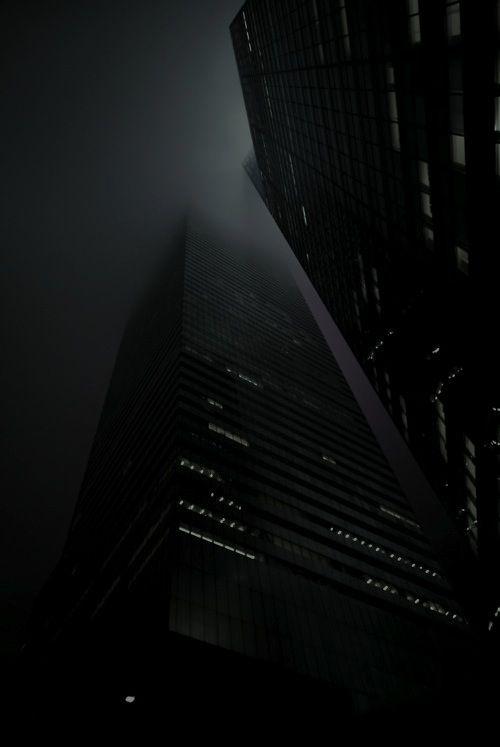 Perspectiva de rascacielos desde abajo a obscuras